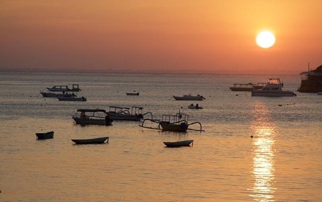 De zee bij Nusa Lembongan met vissersboten