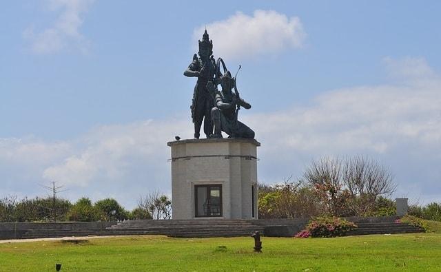 Park met standbeeld bij Nusa Dua Water Blow
